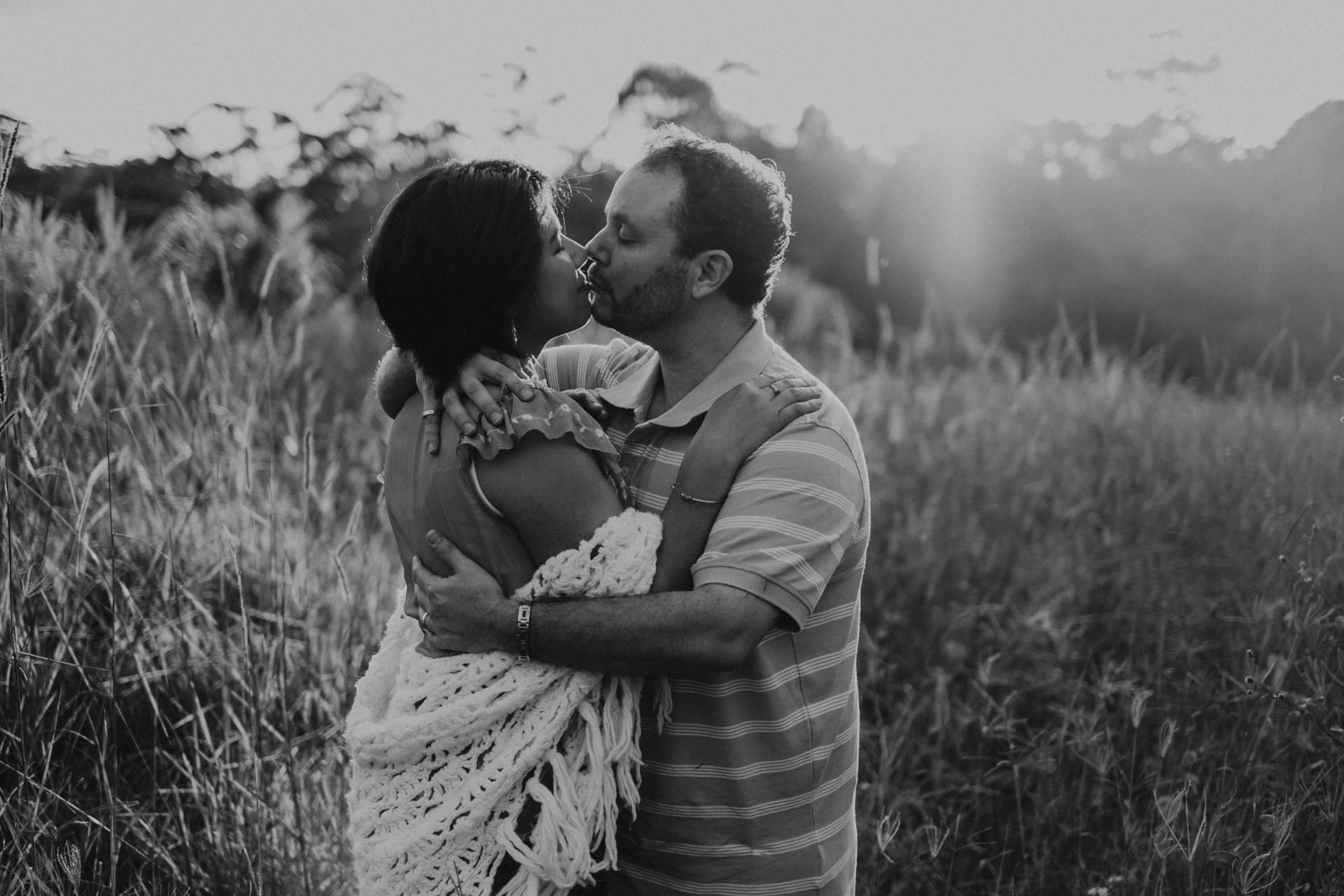 mum and dad kissing long grass mt tamborine family