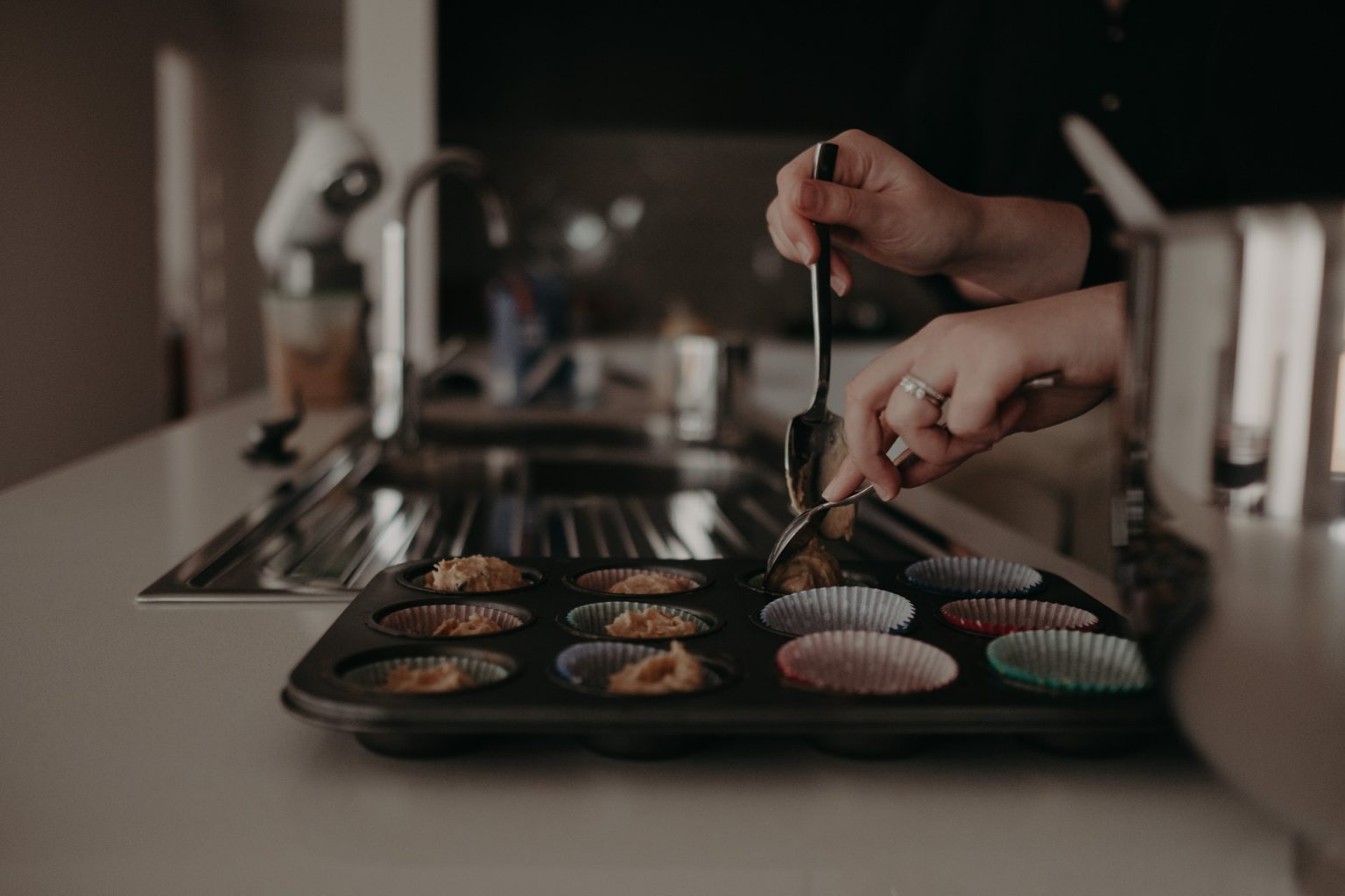 woman making cupcakes