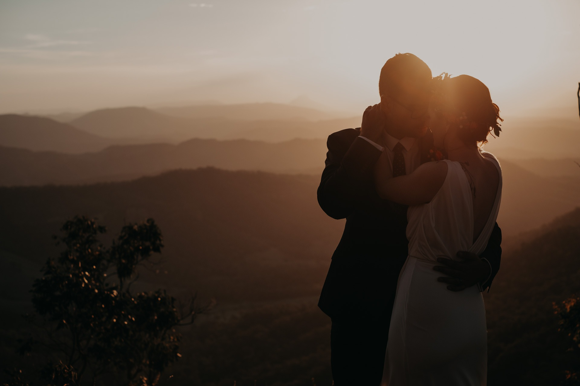 bride and groom sunset golden light to mountain look out oreillys