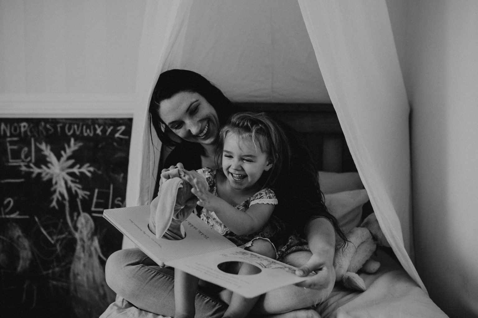 Brisbane woman reads to daughter